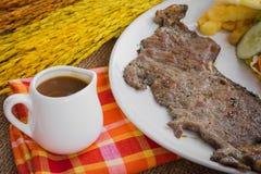 Rindfleischsteak mit Soße des schwarzen Pfeffers, Salat und Pommes-Frites auf s Lizenzfreie Stockfotos