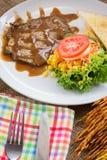 Rindfleischsteak mit Soße des schwarzen Pfeffers, Salat und Pommes-Frites auf s Stockfotografie
