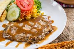 Rindfleischsteak mit Soße des schwarzen Pfeffers, Salat und Pommes-Frites auf s Stockfotos