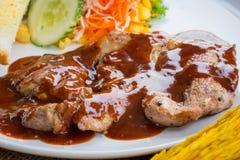 Rindfleischsteak mit Soße des schwarzen Pfeffers, Salat und Pommes-Frites auf s Lizenzfreie Stockbilder