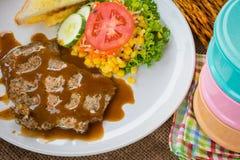 Rindfleischsteak mit Soße des schwarzen Pfeffers, Salat und Pommes-Frites auf s Lizenzfreies Stockbild