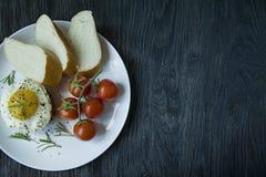 Rindfleischsteak mit Spiegelei in den Gew?rzen Verziert mit Rosmarin, frischer Kirsche und Scheiben brot Archiviert auf einer wei lizenzfreie stockfotografie