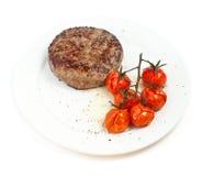 Rindfleischsteak und gebackene Tomaten Stockfotografie