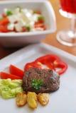 Rindfleischsteak und -salat stockbild