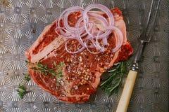 Rindfleischsteakförmiger knochen mit Weinlesefleischgabel Stockfotografie