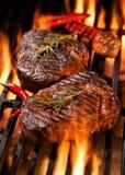 Rindfleischsteaks auf dem Grill lizenzfreies stockfoto