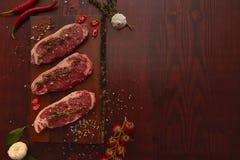 Rindfleischsteaks auf Schneidebrett lizenzfreie stockbilder