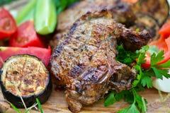 Rindfleischsteaks grillten mit Aubergine, Tomaten und Pfeffern Stockfoto