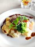 Rindfleischteller mit organischem Gemüse Stockfoto