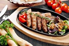 Rindfleischwürste mit Gemüse Stockfotos