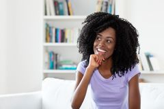 Rindo e sonhando a mulher afro-americano fotos de stock