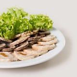 Rinforzi il rotolo con le albicocche secche ed il primo piano dell'insalata Fotografie Stock Libere da Diritti
