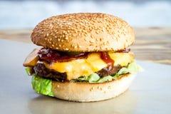 Rinforzi l'hamburger con il pomodoro, l'insalata, la cipolla, i pepers ed il formaggio Immagini Stock Libere da Diritti