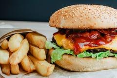 Rinforzi l'hamburger con il pomodoro, l'insalata, la cipolla, i pepers ed il formaggio Fotografie Stock Libere da Diritti