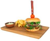 Rinforzi l'hamburger sul piatto di legno con la patata fritta Fotografia Stock
