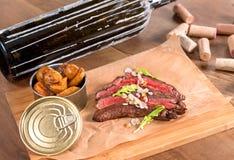 Rinforzi la bistecca di fianco con le mandorle e le patate tostate dello zafferano fotografia stock libera da diritti