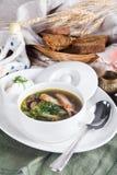 Rinforzi la minestra di tagliatelle su una tavola del servizio con pane fotografie stock libere da diritti