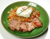 Rinforzi le fette di Tomago di filetto di manzo in salsa di Teriyaki con riso, lo shitaki e l'uovo affogato Fotografie Stock Libere da Diritti