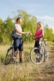 Rinfrescando dopo biking Immagini Stock