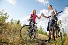 Rinfrescando dopo biking Fotografia Stock Libera da Diritti