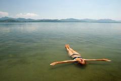 Rinfrescando in un lago Immagini Stock