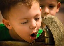 Rinfresco, ragazzo che beve dalla fontana Fotografie Stock