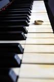 Ring auf einem Klavier Stockbilder