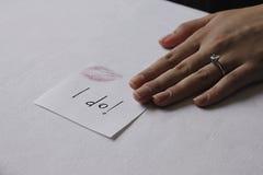 Ring auf Finger Lizenzfreie Stockbilder