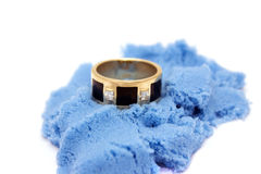 Ring auf Sand Stockfotografie