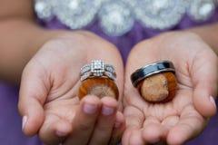 Ring Bearer avec des anneaux de mariage photographie stock libre de droits