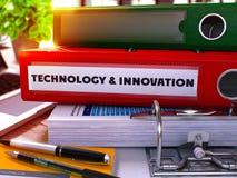 Ring Binder rosso con tecnologia e l'innovazione dell'iscrizione Immagini Stock Libere da Diritti