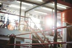 Ring de boxeo en estudio de la aptitud Fotografía de archivo libre de regalías