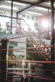 Ring de boxeo en estudio de la aptitud Imagenes de archivo