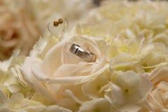 Ring des Bräutigams auf Blumenblumenstrauß der Braut lizenzfreies stockbild