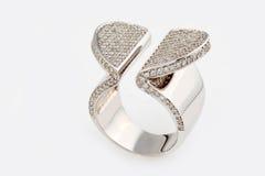 Ring des weißen Goldes mit Diamanten Stockfoto