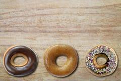Ring Donuts revestido en un tablero Imagen de archivo libre de regalías