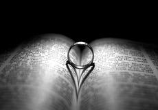 Ring en bijbel Stock Afbeeldingen