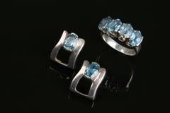 Ring en oorring met aquamarijnsteen Stock Foto's