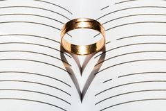 Ring And Heart Shaped Shadow imagens de stock royalty free