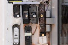 Ring Intercom-Freien auf weißer vergipster Wand mit Anruf und Kamera Abschluss oben stockfoto