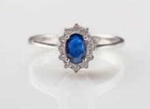 Ring met blauwe saffier en brilliants royalty-vrije stock foto