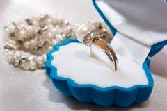 Ring met een parel en brilliants royalty-vrije stock afbeeldingen