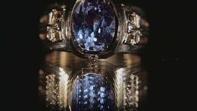 Ring met Saffier op zwarte stock videobeelden