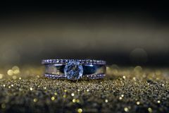 Ring mit Diamanten stockbild