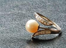 Ring mit Perle Stockbilder