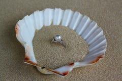 Ring mit Perle in einem Oberteil Lizenzfreies Stockfoto