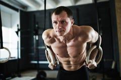 Ring Muscle Up relativo alla ginnastica Fotografia Stock Libera da Diritti