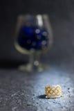 Ring op elegante grijze achtergrond Stock Foto
