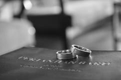 Ring Over uma Bíblia Fotos de Stock Royalty Free