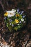 Ring Pillow que se casa hermoso de diversas flores blancas, azul, Imagenes de archivo